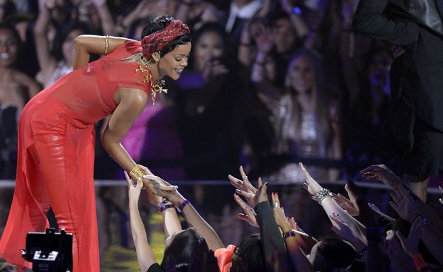 Video Rihanna performs at the MTV Video Music Awards